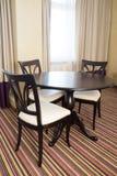 Krzesła i stołowy meble blisko sztućce bang szkła okrągłego stołu w pokoju salowy Zdjęcie Royalty Free