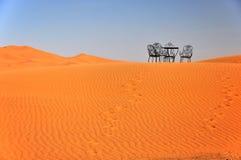 Krzesła i stołu stojak na wierzchołku erga Chebbi diuna w Maroko Fotografia Stock