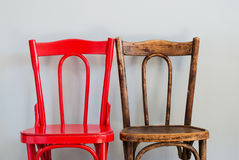 Krzesła na Popielatej ścianie Fotografia Stock