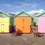 Krzesła na zewnątrz colourful plażowej budy Fotografia Royalty Free