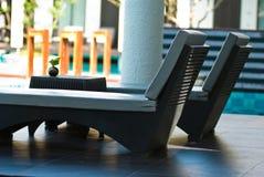 Krzesła obok pływackiego basenu przy tropikalnym kurortem Zdjęcie Stock
