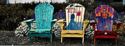 Krzesła ogrodowe przed kwiatu łóżkiem Zdjęcia Stock