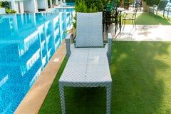 krzesła pobliski basenu dopłynięcie Obrazy Stock