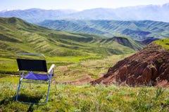 Krzesła puści stojaki na polanie wśród wspaniałych gór Konceptualna natura bez mężczyzna Zdjęcie Stock