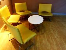 Krzesła Stażowa sala lekcyjna z wygodnym projektem fotografia stock