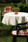 krzesła uprawiają ogródek stół dwa zdjęcia royalty free