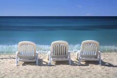 Krzesła woda i niebo fotografia stock