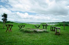 Krzesła wokoło ogniska kopcują przegapiać jezioro obraz stock