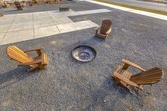 Krzesła wokoło pożarniczej jamy w brzasku Utah parku zdjęcie royalty free