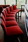 krzesła wyginają się rząd czerwoną stolec Fotografia Stock