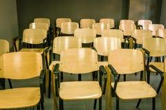 Krzesła z falcowanie barłogiem w sali lekcyjnej obrazy stock