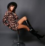 krzesło dziewczyny siedzi ono uśmiecha się zdjęcie stock