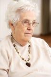 krzesło kobieta przyglądająca smutna starsza zdjęcia royalty free