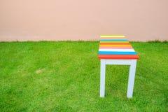 Krzesło na zielonej trawie - Drewniana ławka w ogródzie obrazy stock