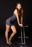 krzesło okularów przeciwsłoneczne seksowna kobieta fotografia stock