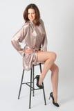 krzesło piękna dziewczyna siedzi potomstwa Zdjęcie Stock