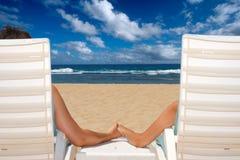krzesło plażowa para wręcza mienia blisko oceanu Zdjęcia Stock