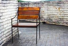 Krzesło przeciw ścianie zdjęcia stock
