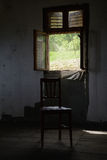 Krzesło przed okno z komara siatkarstwem sztuki pięknej kamery oczu mody pełne splendoru zieleni klucza wargi target1847_0_ depre Zdjęcie Royalty Free