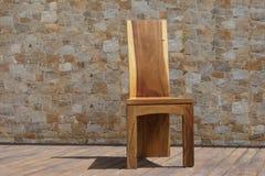 Krzesło robić stały drewno na kamiennym tle Zdjęcie Stock