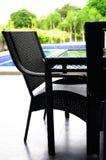 Krzesło wzdłuż pływackiego basenu Obraz Stock