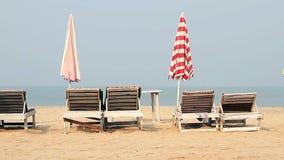 Krzesło z parasolem na plaży zbiory wideo