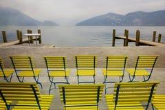 Krzesła na jeziornej lucernie, Szwajcaria retro filtr Zdjęcie Stock