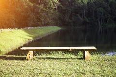 Krzesło dla relaksu w jeziornym parku Obrazy Royalty Free