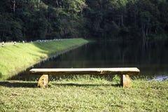 Krzesło dla relaksu w jeziornym parku Obrazy Stock