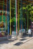Krzesła o'plane w parku obrazy stock