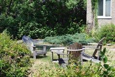 Krzesła ogrodowe w jardzie obrazy royalty free