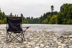 Krzesła ogrodowego czekanie dla rybaka Fotografia Royalty Free
