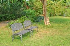 Krzes?a w jawnym parku z spadkiem susz?cym opuszczaj? woko?o Odczucie osamotniony i pokojowy obrazy stock