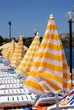krzeseł plażowych parasolki Obraz Royalty Free