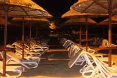 krzeseł plażowych parasolki Zdjęcie Royalty Free