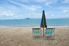 krzeseł plażowych parasolki Zdjęcia Royalty Free