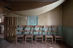5 krzeseł Zaniechana jadalnia fotografia royalty free