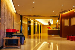 krzesło lobby hotelu tabela kanap whit Zdjęcia Royalty Free