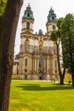 Krzeszow Cistercian abbotskloster - fasadbasilika av antagandet av Royaltyfri Foto