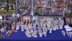 Krzyż, aniołowie i inni religijni przedmioty w jarmarku, zbiory