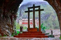 Krzyż De Covadonga z wewnątrz świętej jamy i bazylika, zdjęcia stock