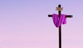 Krzyż drapujący w purpurach reprezentuje Wielkopostnego sezon Obraz Royalty Free