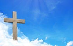 Krzyż Jesus i cloudful niebieskie niebo z kopii przestrzenią royalty ilustracja