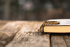 Krzyż na biblii fotografia stock