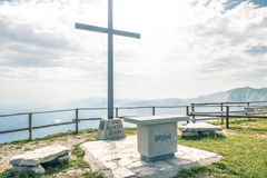 Krzyż Na górze góry zdjęcie stock