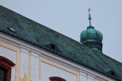 Krzyż na starym Europejskim kościół Zdjęcie Stock