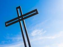Krzyż przeciw niebieskiemu niebu Fotografia Stock