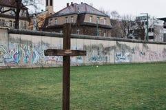 Krzyż przy Berlińskiej ściany pomnikiem Fotografia Royalty Free