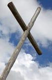 Krzyż ustawiający przeciw dramatycznemu niebu Obrazy Royalty Free