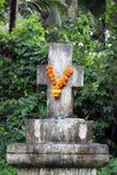 Krzyż venerated w Indiańskim girlanda stylu z kwiatami obraz stock